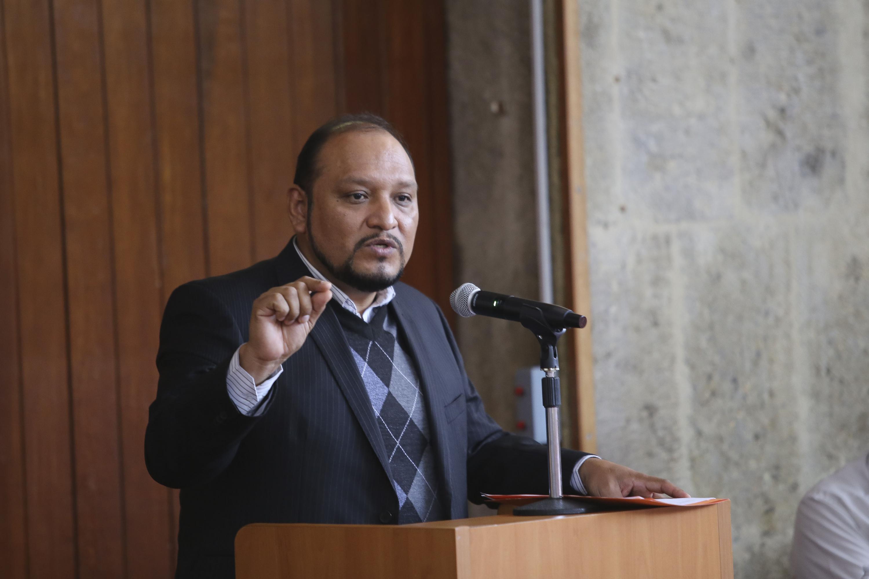El maestro Alfonso Hernández Barrón dicto su conferencia desde el podium