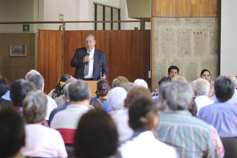 El doctor Juan Manuel Durán Juárez en el momento de la inauguración hablando al publico