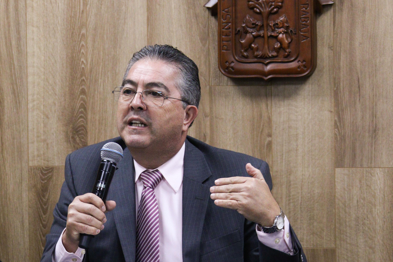 Rector del CUCBA, doctor Carlos Beas Zárate, haciendo uso de la palabra durante la rueda de prensa