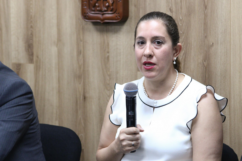 Doctora Elizabeth Franco Rodríguez, académica del plantel, haciendo uso e la palabra