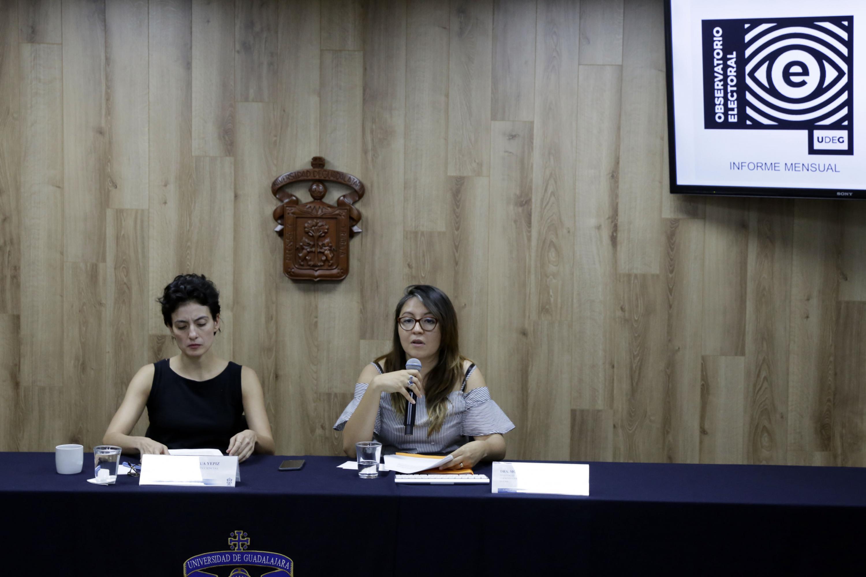 Doctora Mónica Montaño Reyes, investigadora del Departamento de Estudios Políticos y Coordinadora del Observatorio de Procesos Electorales del CUCSH; con micrófono en mano haciendo uso de la palabra en rueda de prensa.