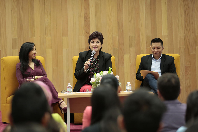 Guadalupe Morfín Otero, activista y regidora del Ayuntamiento de Guadalajara, impartiendo conferencia en el marco del Día Internacional de la Mujer que se conmemora cada 8 de marzo.