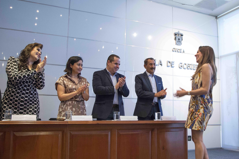 Abril Alcalá Padilla (Fundación Universidad de Guadalajara en Estados Unidos), recibiendo su reconocimiento