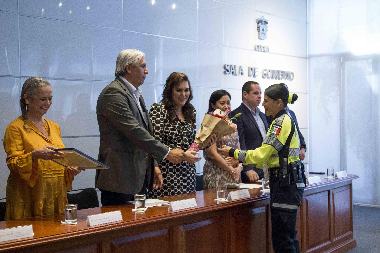 Norma Verónica Bueno Castillo (Programa Salvando Vidas, de la Semov), recibiendo su reconocimiento