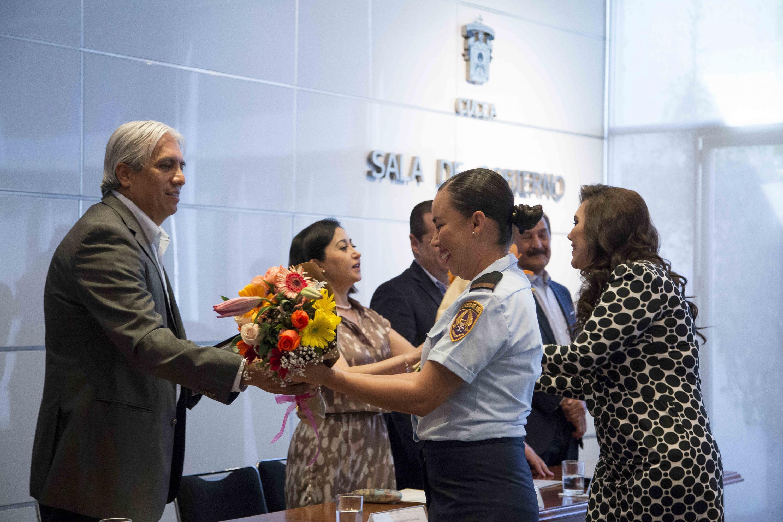 María Cristina Enríquez López (Colegio del Aire XV Zona Militar), recibiendo su reconocimiento