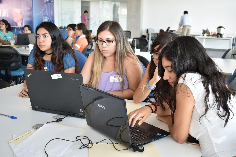 Alumnas de bachillerato y finalistas en el concurso Ideatón, prestando atención al curso impartido por especialistas de UDGVirtual