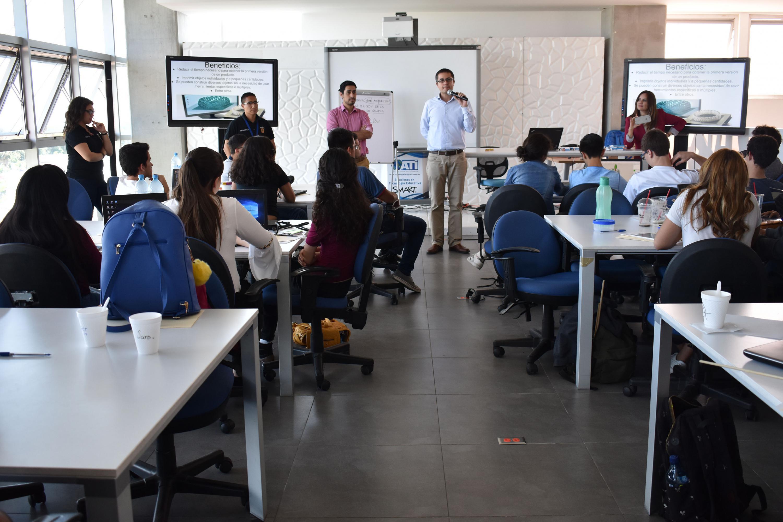 Doctor Jorge Carlos Sanabria Zepeda, coordinador del Programa de Innovación de UDGVirtual, haciendo uso de la palabra durante el curso.