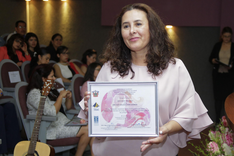 La Dra. Elsy Claudia Chan Gamboa, investigadora de Psicología Básica, mostrando su reconocimiento.