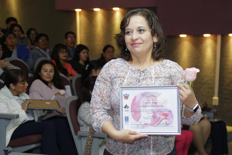 La Dra. Luz María Adriana Balderas Peña, investigadora de Morfología, mostrando su reconocimiento.