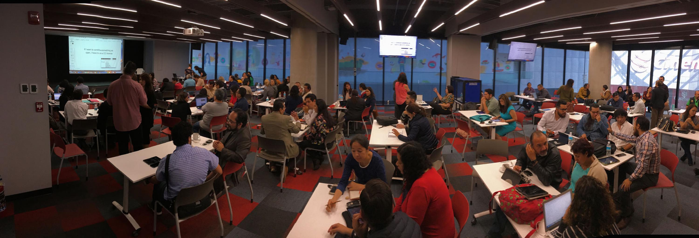 Panoramica del salón en un momento en que los académicos trabajaban en una dinamica
