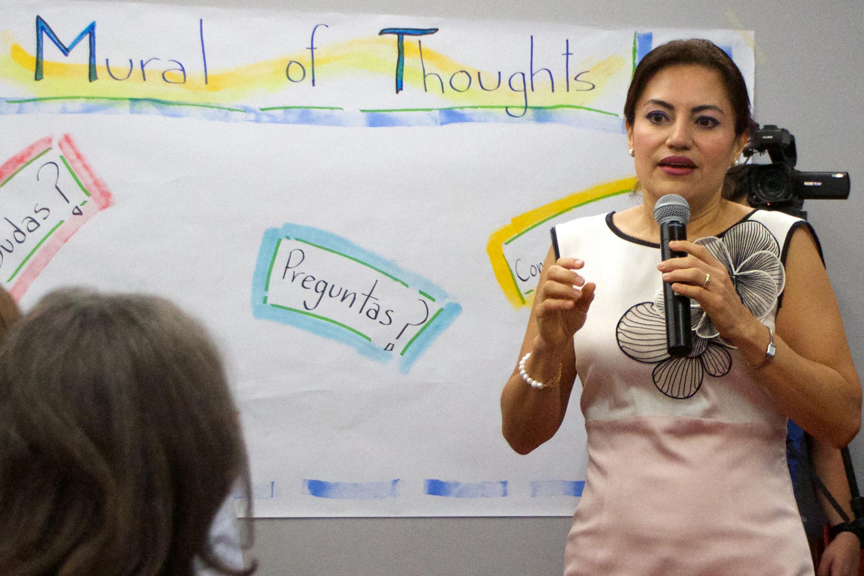 La maestra Patricia Rosas habla al microfono en la inauguración del curso
