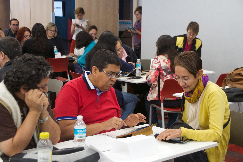 Tres profesores trabajando en una de las dinamicas del curso