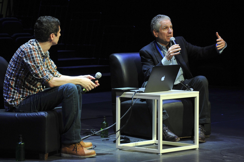 Dan Attias responde las preguntas del publico y Alejandro Márquez lo mira