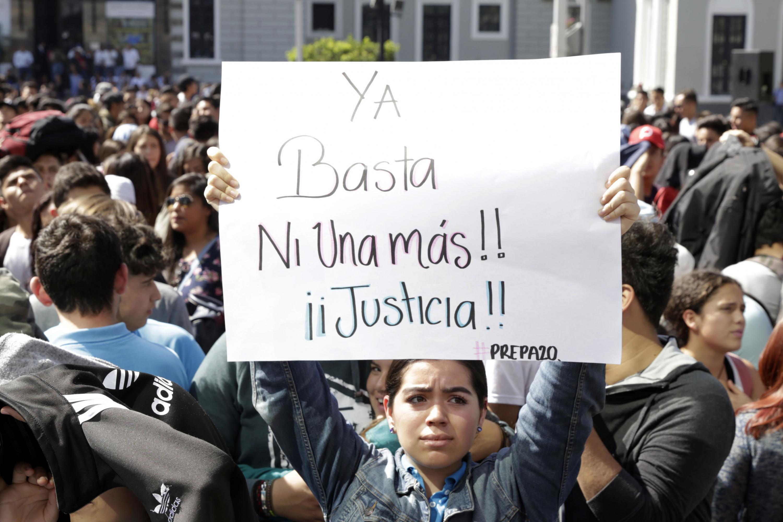 Algunos estudiantes mostraron anuncios exigiendo justicia