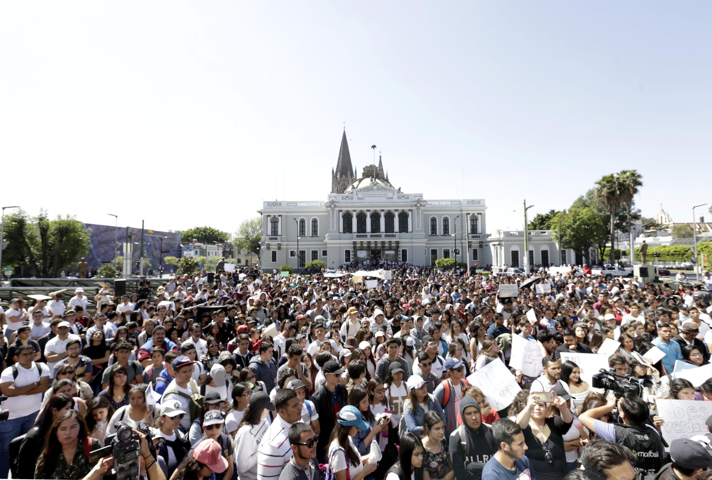 La explanada de Rectoria General de la UDG se vio llena y tuvo que ser cerrada la avenida Juarez