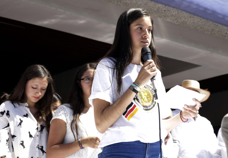 Karina González habló a los asistentes a la manifestación desde el templete
