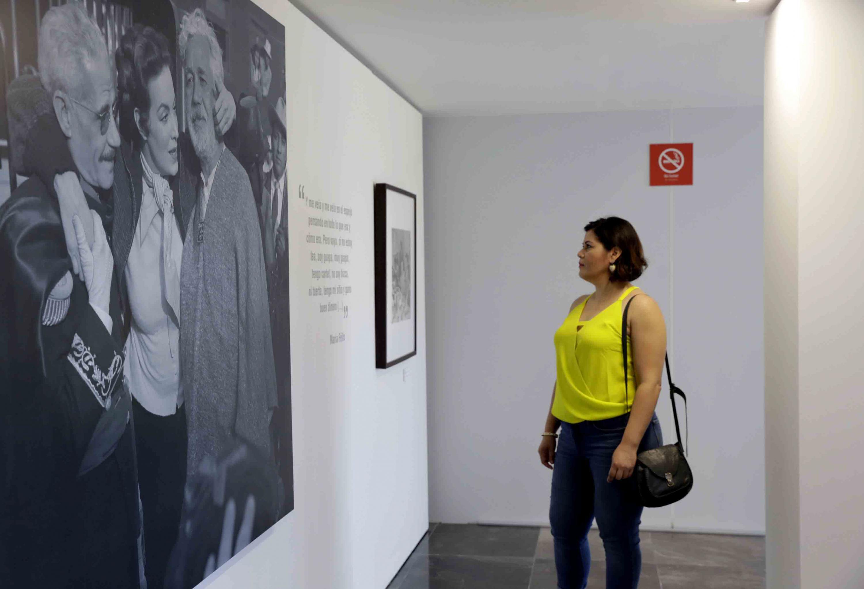 Asistente a la exposición Fotográfica sobre María Felix, observando uno de sus cuadros.