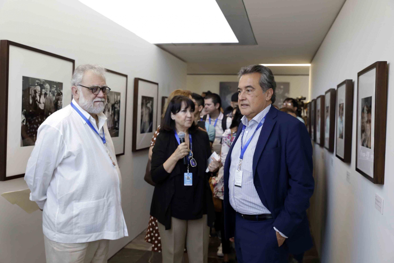 Director general de IMCINE, Jorge Sánchez Sosa, junto a Director General de la FICG;  haciendo recorrido a la exposición fotográfica en el Conjunto de Artes Escénicas de la Universidad de Guadalajara.