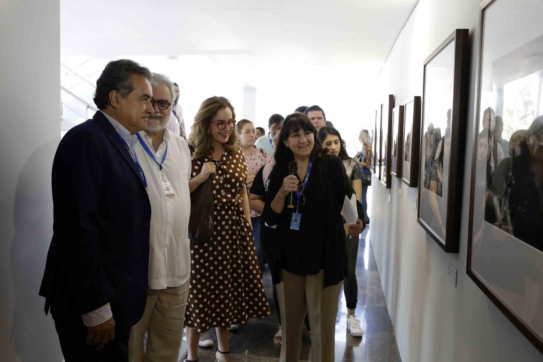 Director General de la FICG y Director Geneal de IMCINE, conversando y disfrutando de la exposición fotográfica sobre María Felix, mientras les es narrado su historia.