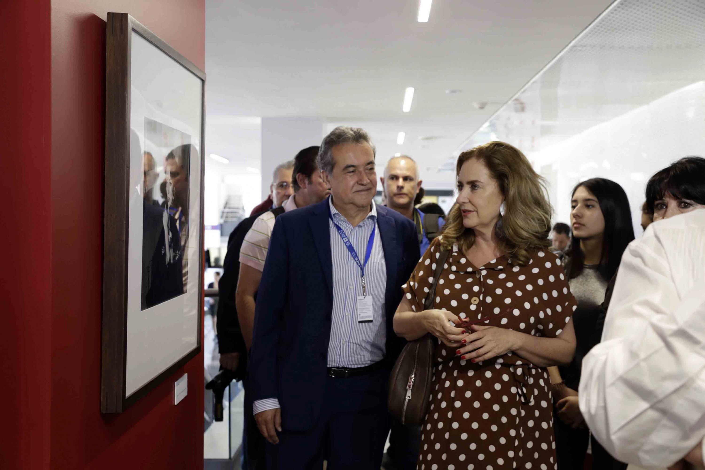 El director general del Instituto Mexicano de Cinematografía (IMCINE), Jorge Sánchez Sosa, haciendo recorrido a la exposición fotográfica en el Conjunto de Artes Escénicas de la Universidad de Guadalajara.