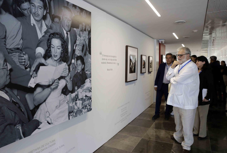 Director General de la FICG, Biólogo Iván Trujillo Bolio, observando con entusiasmo una de las obras sobre María Felix, captadas por el Fotógrafo.