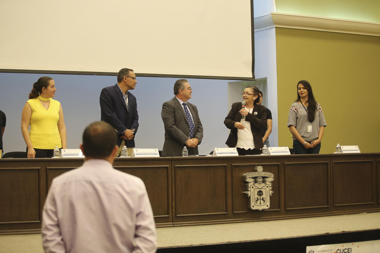 Autoridades del Centro Universitario de Ciencias Exactas e Ingenierías y del Centro Universitario de Ciencias Biológicas y Agropecuarias, impartiendo conferencia.