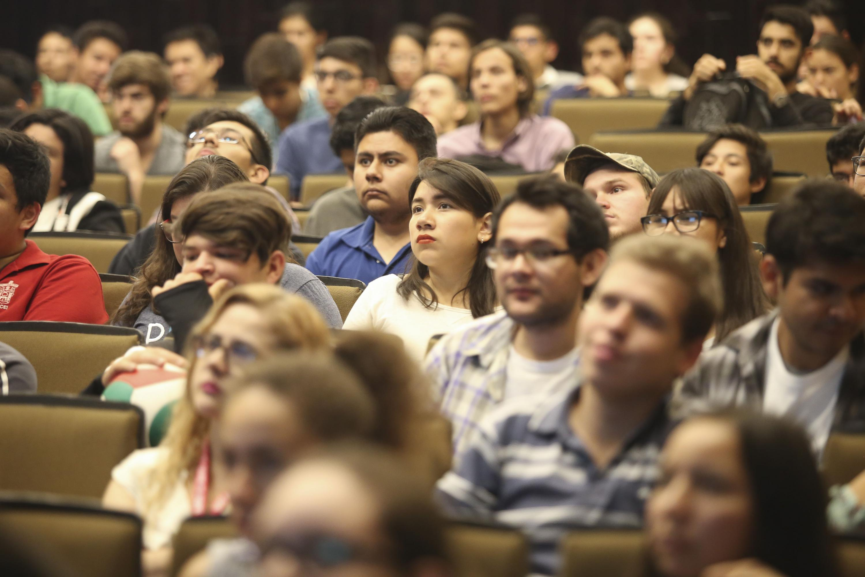 Estudiantes del Centro Universitario de Ciencias Exactas e Ingenierías, asistentes a la conferencia en el marco de la Semana del Cerebro, en su segunda edición.