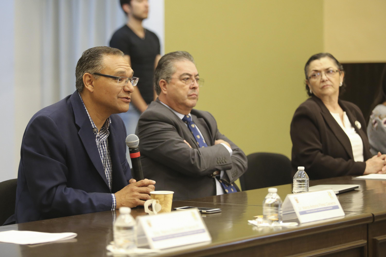 Doctor Marco Antonio Pérez Cisneros, Director de la División de Electrónica y Computación del CUCEI, participando en la conferencia.