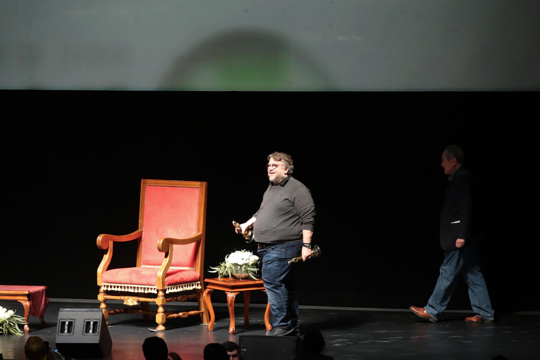 Guillermo del Toro de pie en el escenario del auditorio Telmex