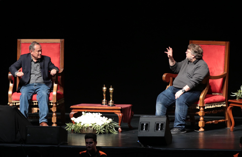Guillermo del Toro impartió esta sesión frente a 9 mil jóvenes en el auditorio Telmex