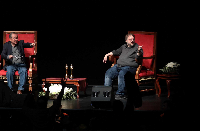 El director señalando a alguien de la audiencia