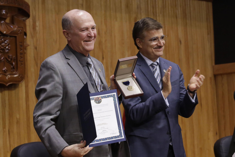 Vicerrector Ejecutivo, doctor Miguel Ángel Navarro Navarro, mostrando su reconocimiento