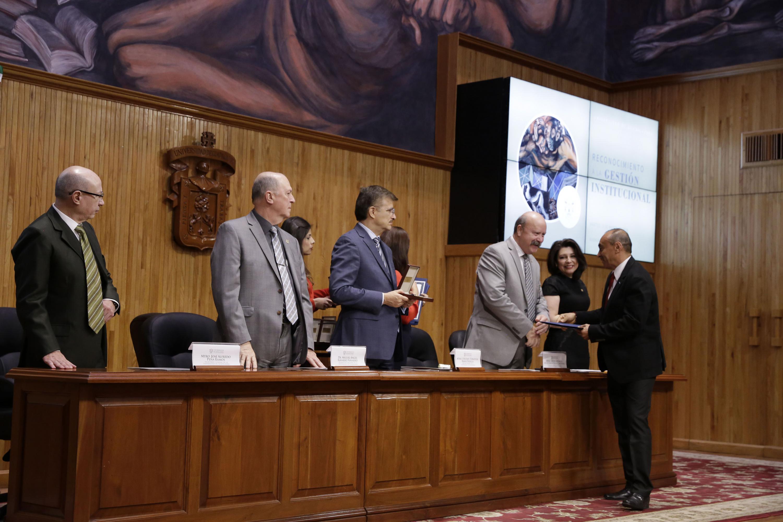 Maestro Javier Espinoza de los Monteros Cárdenas, haciendo entrega de reconocimiento