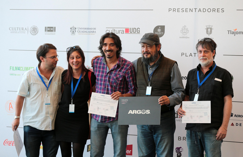 Grupo de ganadores mostrando sus reconocimientos