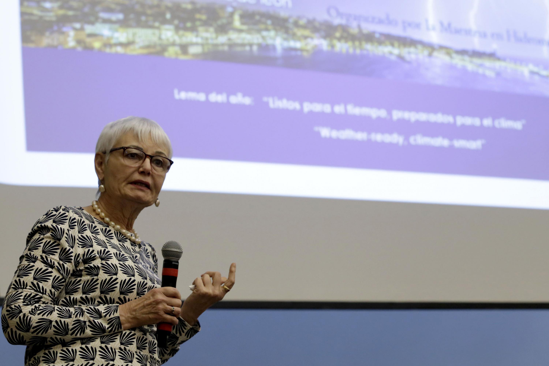 Coordinadora de la maestría en Hidrometeorología del CUCEI, doctora Iryna Tereshchenko haciendo uso de la palabra en el Coloquio realizado en CUCEI, con motivo del Día Meteorológico Mundial, que se celebra el 23 de marzo de 2018