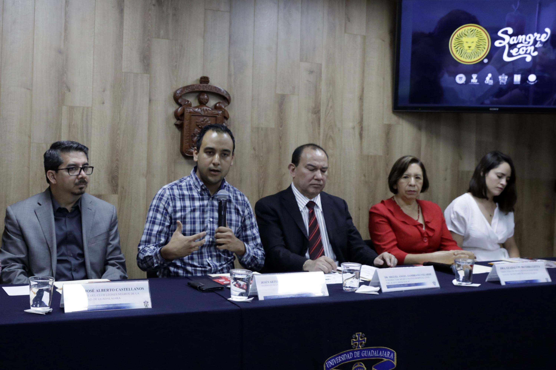 Habla al microfono Jesús Medina Varela es Presidente de la FEU