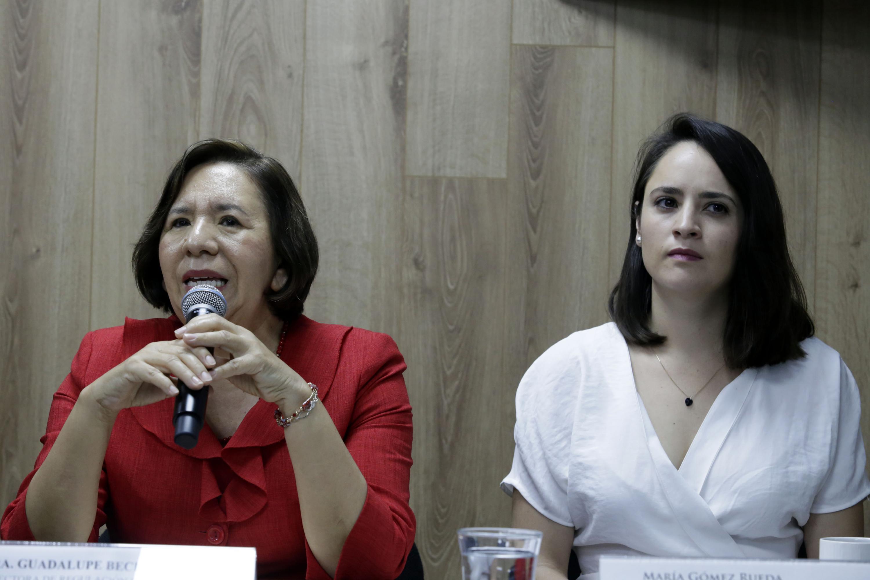 Al micrófono la doctora María Guadalupe Becerra Leyva es la Directora de Regulación de Bancos de Sangre de Jalisco