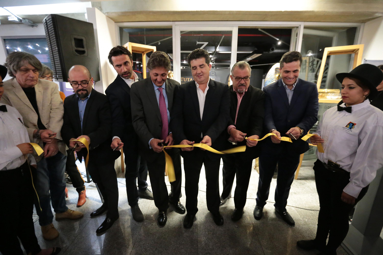 Autoridades representantes del Gobierno de Zapopan, History Time, Besson Seguros y la Universidad de Guadalajara, cortando el listón inaugural de la exposición.