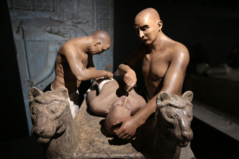 Representación del proceso de embalsamamiento del faraón egipcio, mostrado en una sala de la biblioteca.