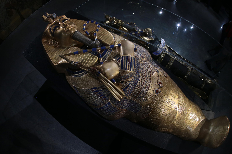 Réplica del ataúd del faraón egipcio Tutankamón, terminado en chapa de oro.