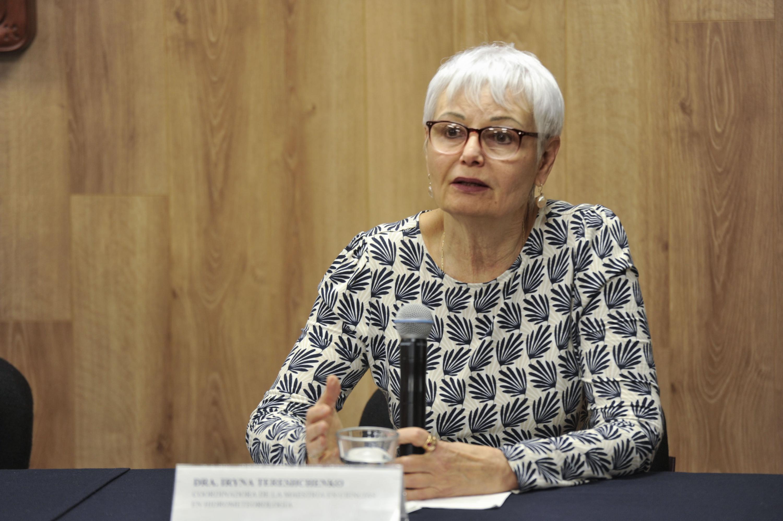 Doctora Iryna Tereshchenko, haciendo uso de la palabra durante en rueda de prensa