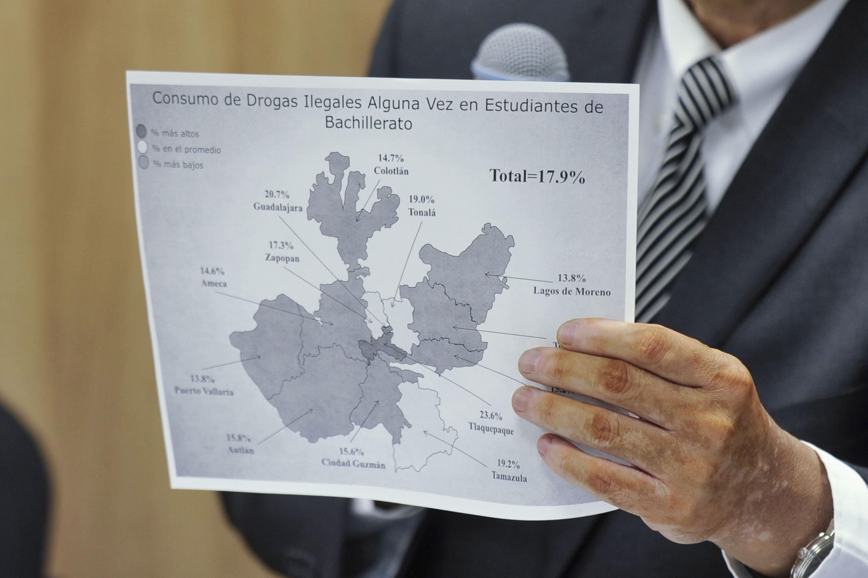 Doctor Rodrigo Ramos Zúñiga, Jefe del Departamento de Neurociencias del CUCS, mostrando un mapa del estado de Jalisco