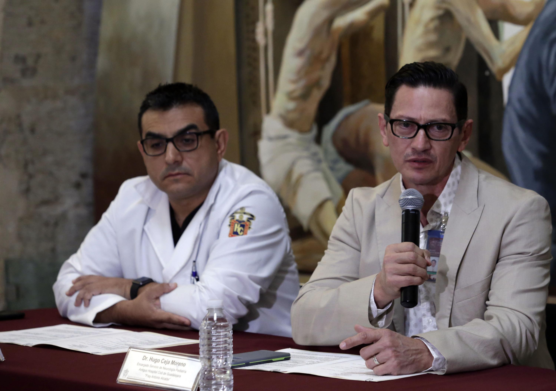 Doctor Hugo Ceja Moreno, encargado de Neurología Pediátrica del nosocomio; con micrófono en mano haciendo uso de la palabra, durante la rueda de prensa.