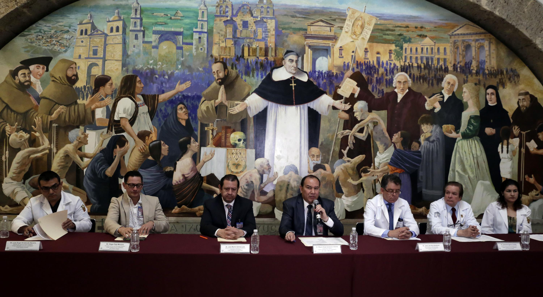 Doctor Miguel Angel Zambrano Velarde, con micrófono en mano haciendo uso de la palabra, durante la rueda de prensa.