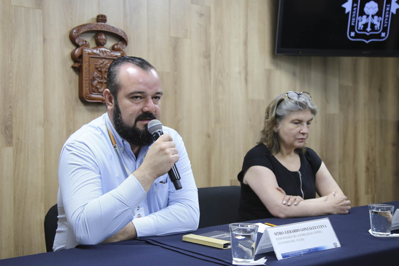 Maestro Gerardo González Cueva, responsable de las Brigadas contra Incendios del CUCBA, participando en rueda de prensa.