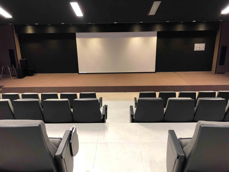 Vista frontal del mobiliario y equipo de vídeo de la Sala de Cine del CuTonalá.