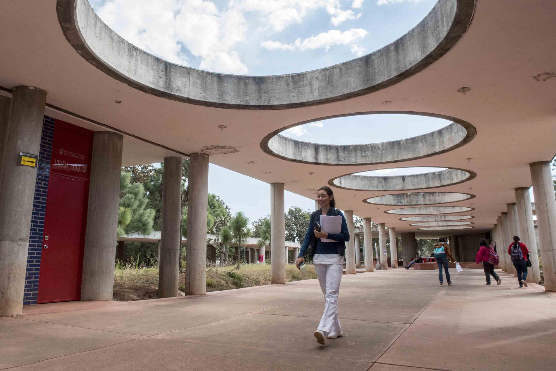 Estudiantes del Centro Universitario de los Altos (CUAltos), de la Universidad de Guadalajara, caminando por los pasillos del plantel.