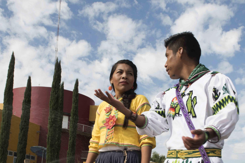 Jóvenes de la comunidad wixárika dialogando.