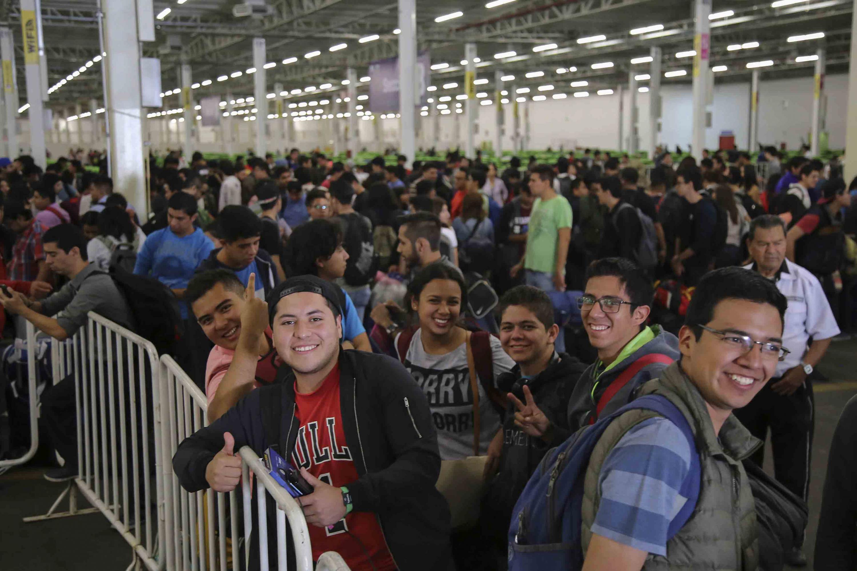 Jóvenes asistentes a la primera edición de Jalisco Talent Land, saludando a la prensa.