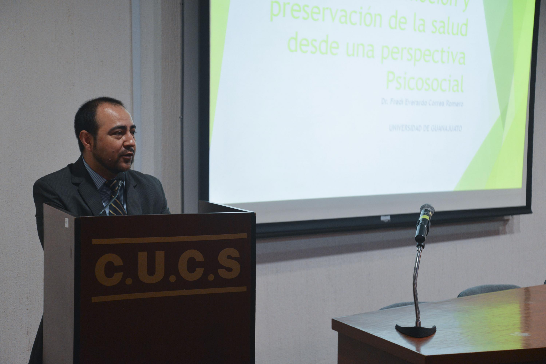 El doctor Fredi Everardo Correa Romero de la Universidad de Guanajuato en el podium